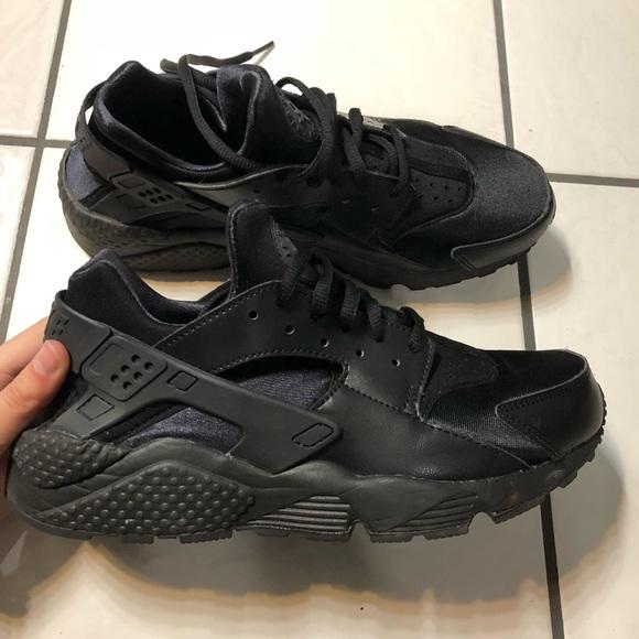 Black nike hurrache tennis shoes